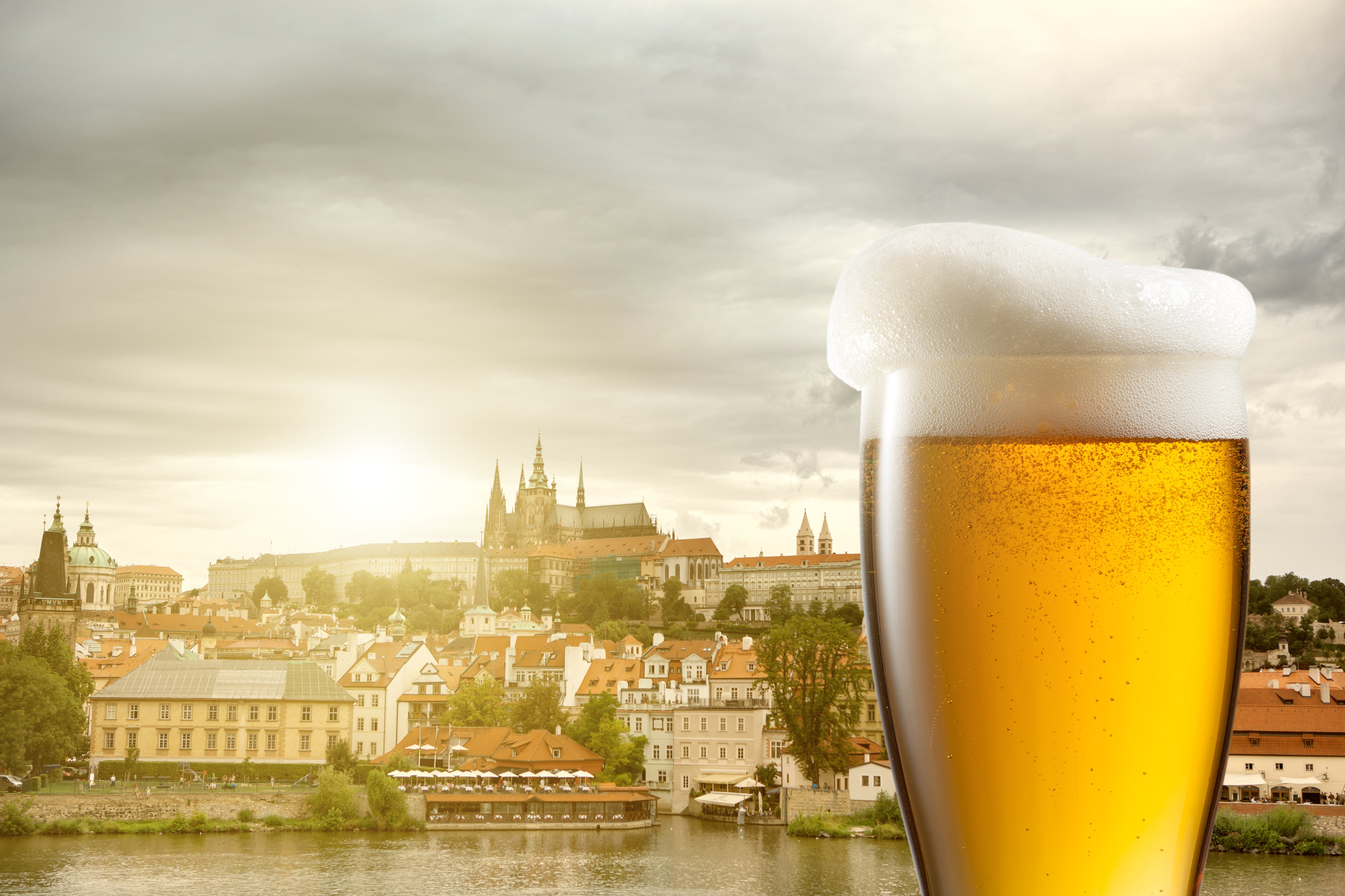 7755470-glass-of-beer-against-view-of-the-st-vitus-cathedral-in-prague